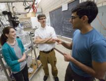 El artífice del descubrimiento, el físico Peter Abbamonte (en el centro) con los estudiantes Anshul Kogar (derecha) and Mindy Rak (izquierda)  en el Frederick Seitz Materials Research Laboratory. Credit: L. Brian Stauffer, University of Illinois at Urbana-Champaign.